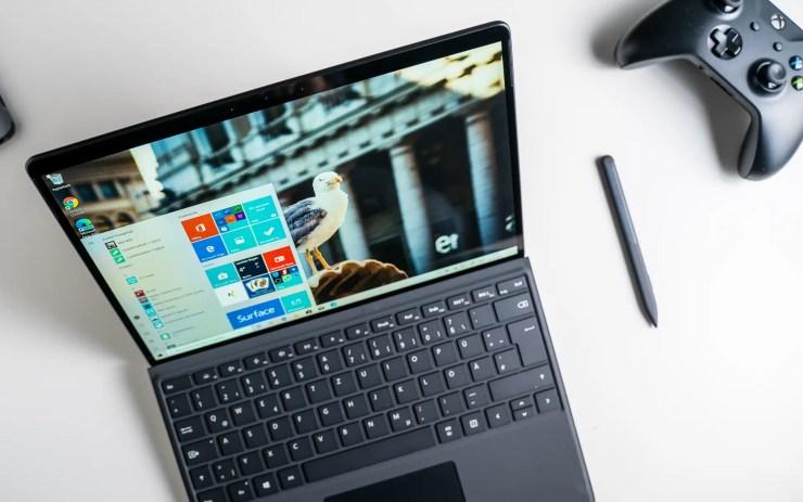 Microsoft Surface Pro X mit Tastatur und Stift