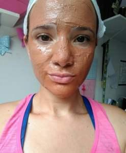 Argila rosa no rosto