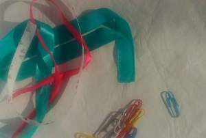 fitas de cetim e clipes de papel