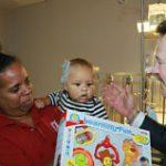 Alcalde Aponte lleva alegría a niños en el Hospital Doctor's Center en Carolina