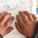 """Niño llega al salón de clase con el """"cabello congelado"""" tras caminar bajo el frío extremo de China"""