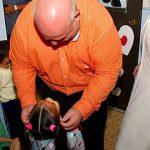 """""""Johnny"""" Méndez y personal de la Cámara llevan alegría a niños en especial centro de cuido en Luquillo"""
