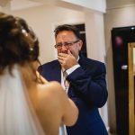 La reacción de unos padres al ver a su hija de novia delata una triste historia familiar