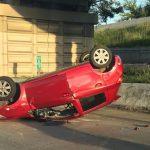 La Policía arresta a una pareja tras volcar un auto en la avenida Piñero