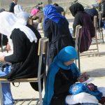 Mujer afgana que hace su examen mientras cuida a su bebé, símbolo de esperanza e inspiración