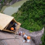 Increíble tienda que cuelga de un acantilado, la nueva atracción turística de China