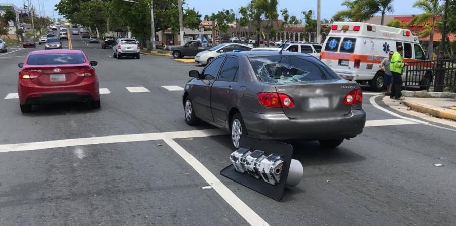 Una de las fotografías posteadas por la perjudicada que muestran la condición en que quedó el auto y el semáforo en el suelo. (Captura / Facebook) (horizontal-x3)