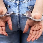 Joven arrestada por supuesta agresión a agente el primero de mayo