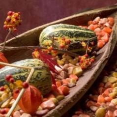 Tischdekoration im Herbst  mit Steinen und Naturmaterialien  Tafeldeko