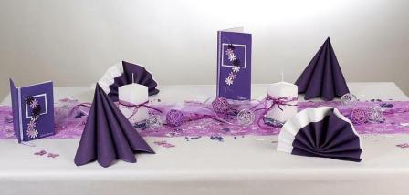 Die Tischdeko zum Geburtstag prsentiert sich in einem wunderschnen Lila  Tafeldeko