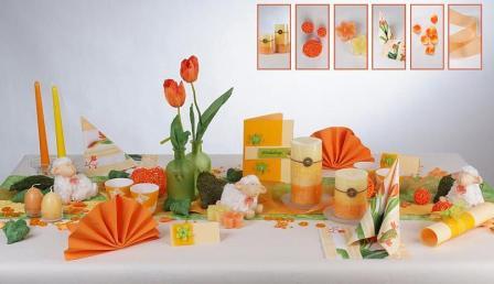 Tischdeko fr Ostern mit frischen Blumen  Frhlingsboten auf dem Tisch  Tafeldeko