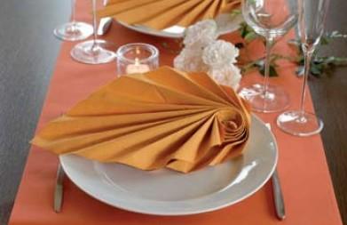 Serviettendekorationen schmcken die Teller und den Tisch bei einer Feier  Tafeldeko