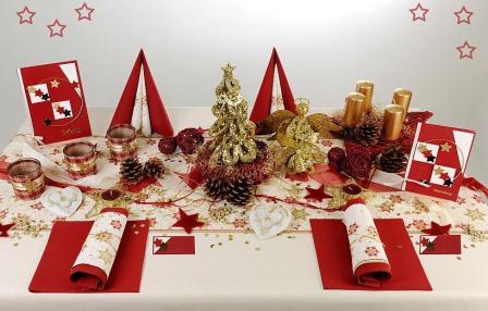 Ein weihnachtlich geschmckter Tisch darf an Weihnachten