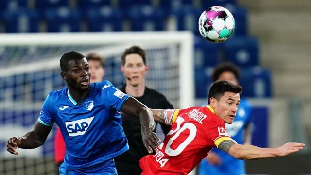 Hoffenheims Ihlas Bebou und Leverkusens Charles Aranguiz kämpfen um den Ball.| Bildquelle: dpa