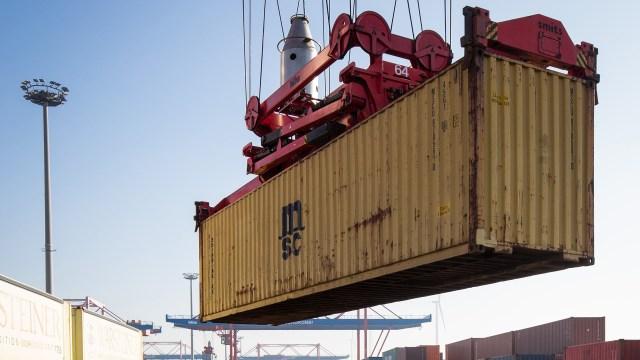 Container werden beim Logistikunternehmen Eurokombi im Hafen in Hamburg verladen| Bildquelle: dpa