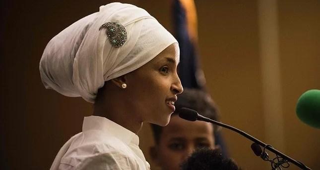 """بالفيديو: أوّل كلمة للّاجئة الصومالية المسلمة """"إلهام عمر"""" بعد وصولها الكونغرس الأمريكي"""
