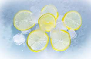 ice cubes and lemons