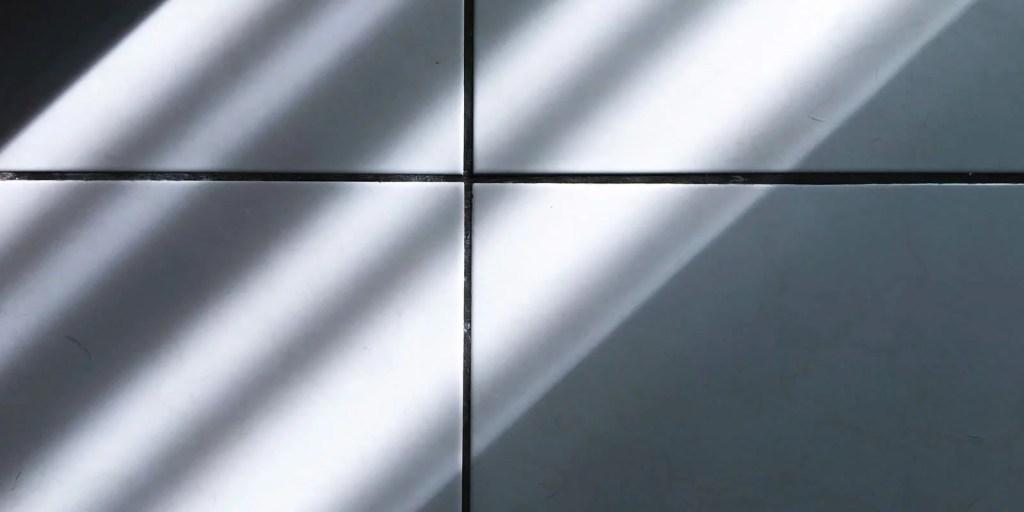 Luz entrando, batendo no azulejo