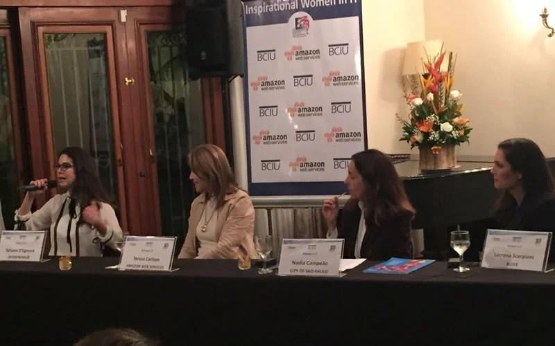 Tahiana D'Egmont palestrando no Inspirational Women in IT