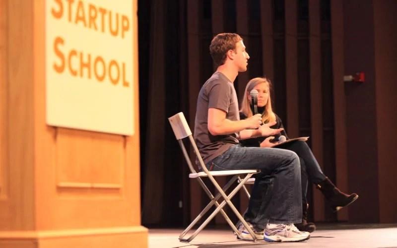 """O empreendedor e fundador do Facebook, Mark Zuckerberg falando em edição do """"Startup School"""""""