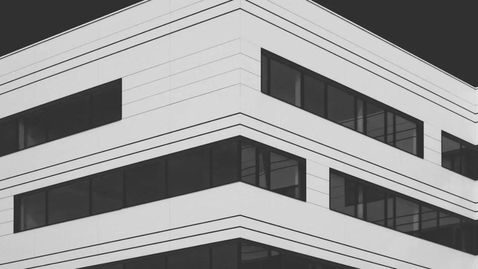 Fachada de um prédio preto e branco de escritórios