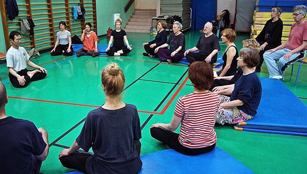 Petite séance de méditation après l'entraînement de Tai-Chi Chuan