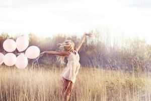 Dziewczyna+na+łące+z+balonikami