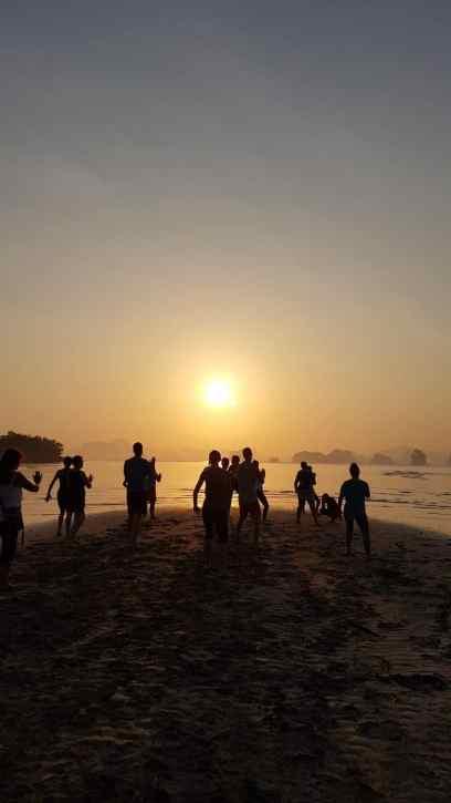 Judesio meditacija Tha Khao paplūdimy kiekvieną rytą