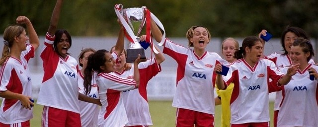 Parminder K. Nagra and Kiera Knightly carry the trophy in 'Bend It like Beckham'