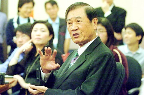(Photo, couresty of TAIPEI TIMES, by GEORGE TSORNG)  Presidential Office Secretary-General Mark Chen gestures yesterday while commenting on recent accusations leveled against first lady Wu Shu-jen. Chen said Wu had not received any inappropriate gifts from anyone.