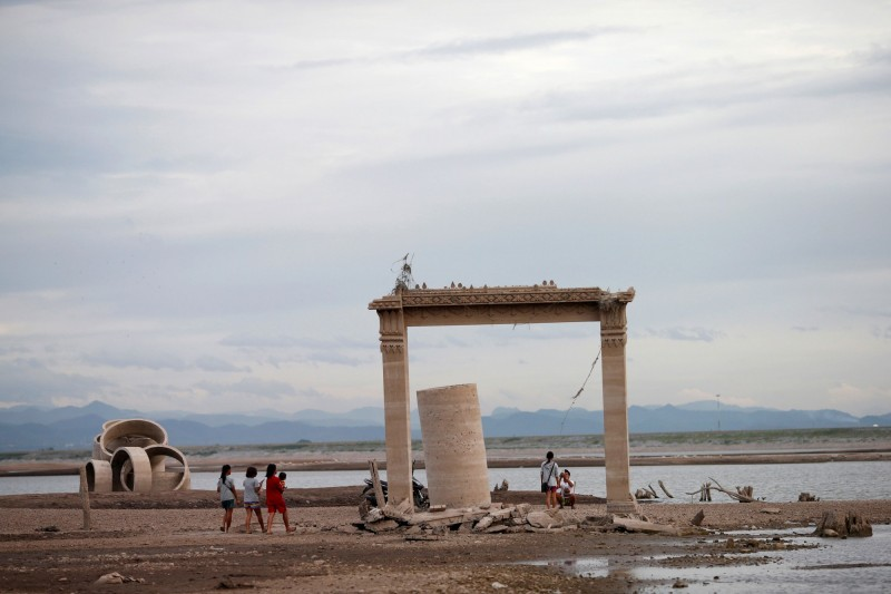 泰國10年來最嚴重旱災 遭水庫淹沒寺廟重見天日   美洲臺灣日報