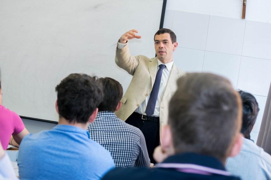 Jose-Antonio-Montero-profesor-UCM-da-una-sesion-en-clase de- bachillerato-de Tajamar