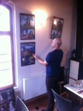 Příprava výstavy fotografií v kavárně FÉR kafe