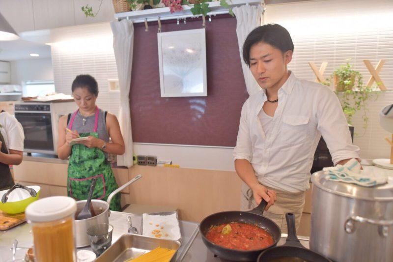 調理実習中のシェフ トマトソースのコツを伝える