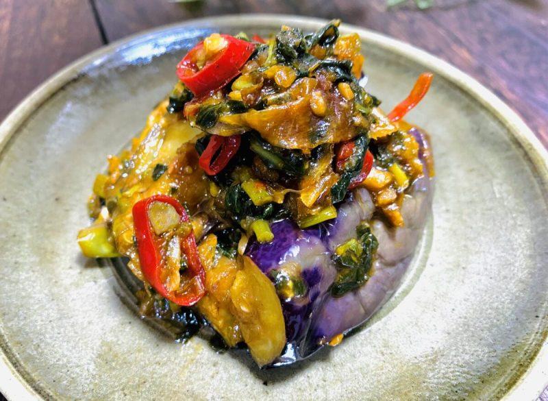 お皿に盛られたナスと空芯菜の唐辛子味噌和え