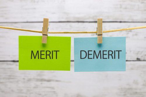 吊るされたメモ「MERIT」と「DEMERIT」