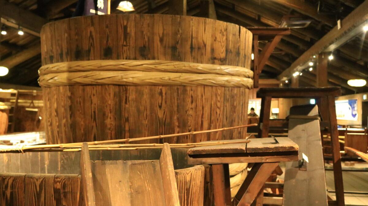 酒蔵の中にある大きな酒樽