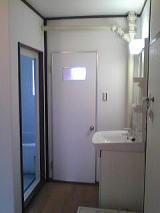 トイレのドアも壁も実は木目の合板でしたクロスであかるくなりました