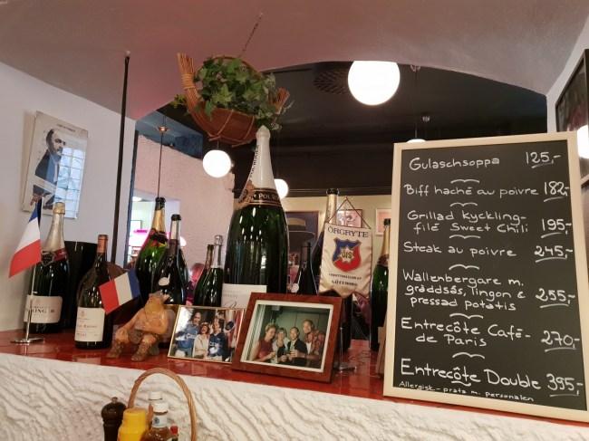 De menukaart van restaurant Cassi op een schoolbord.