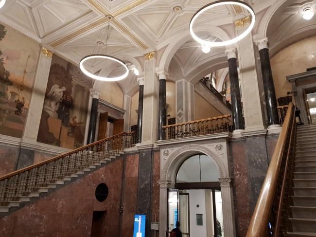 Impressionante trappenhal van het Nationalmuseum in Stockholm