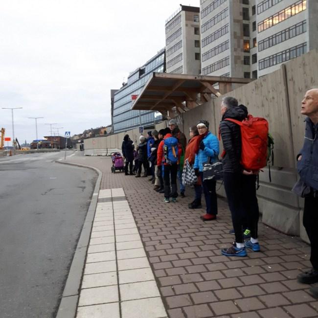 Zweden die in de rij staan aan de bushalte.