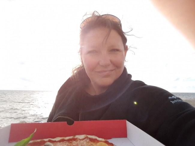 Pizza van VESPA in Malmö, met zicht op de zonsondergang