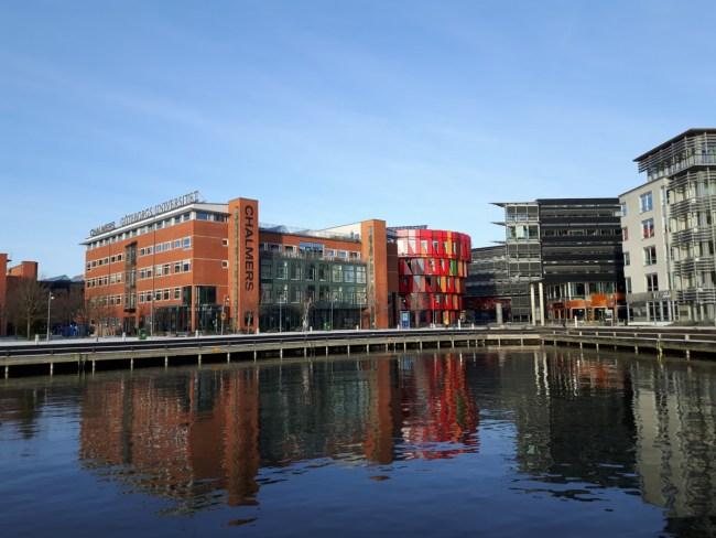 Campus Lindholmen, het rode gebouw aan de overkant springt meteen in het oog - Göteborg