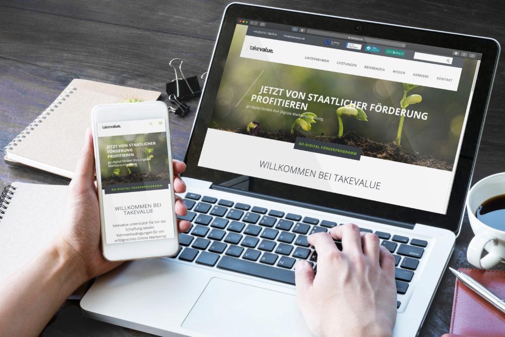 Diese Website ist responsive: Ansicht auf Laptop und Phone - takevalue Consulting