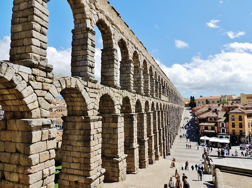 4-days-in-madrid-and-surrounds-aqueduct_of_segovia-spain-takingtotheopenroad-peggytee-wikimedia