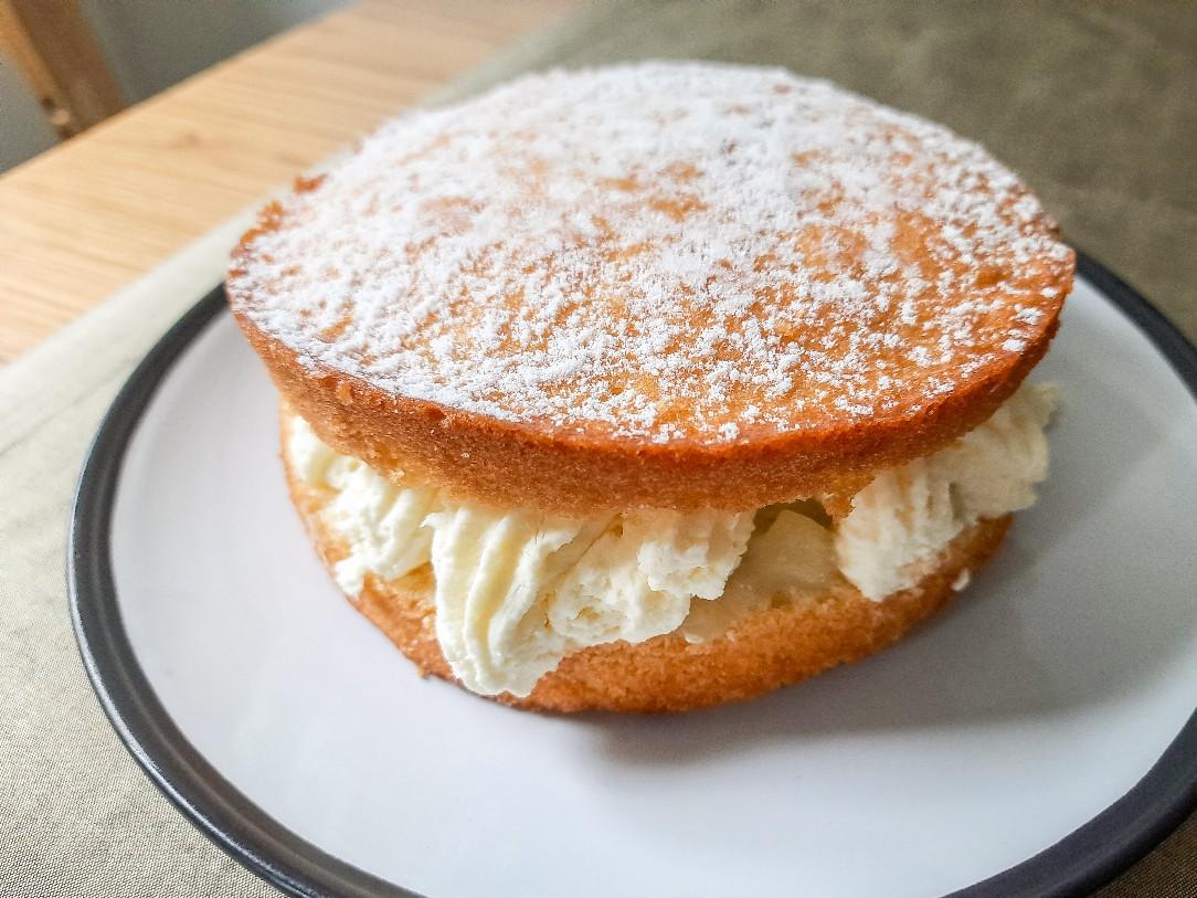 美味しいかな?アップル味のビクトリアスポンジケーキ