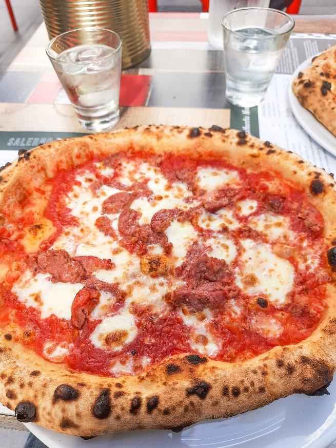 1500億円のショッピングセンターでピザを食べる