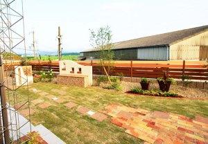 空に浮かぶフェンスと芝生の庭 甲賀市