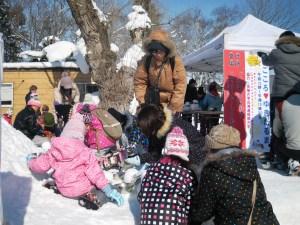 まごころ雪だるまを作る子供たち