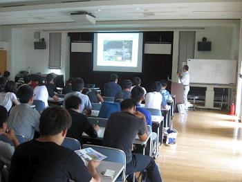 講堂で花・野菜技術センターの役割について福川研究主任より説明を受けました